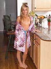 Courtney Simpson Has Sup - 11/21/2006