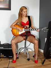 Rocker Girl Jessie Rogers in Fishnets Gets Spread and Licked � 12/15/2011