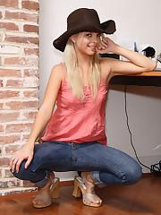 Jana Foxy Spreads Her Pussy Wide - 4/27/2007