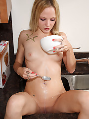 Faye Runaway Anal Fingering and Spoon Insertions � 12/13/2011