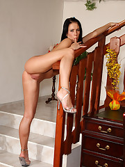 Leony April Exposes Clit and Spreads Wide � 9/23/2011